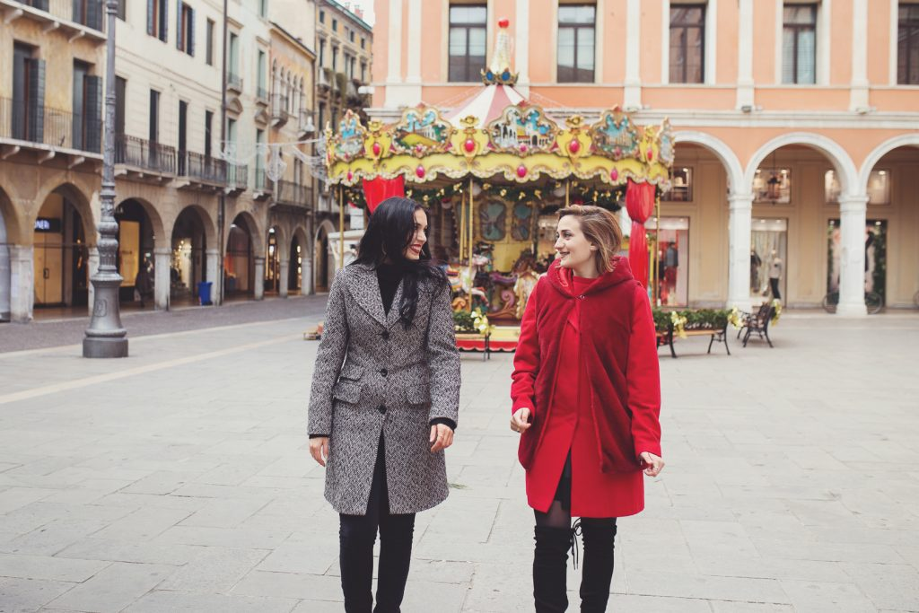 Mi piacerebbe essere definita come una cantastorie di ricordi. Mi piace questo termine, cantastorie, perchè racchiude in sè i valori più importanti per me, l'essere artista, il lavorare con le persone, la storia e i rapporti che si creano in essa ed il divertire, l'intrattenere. Una cantastorie di ricordi, una fotografa per i vostri affetti a Treviso