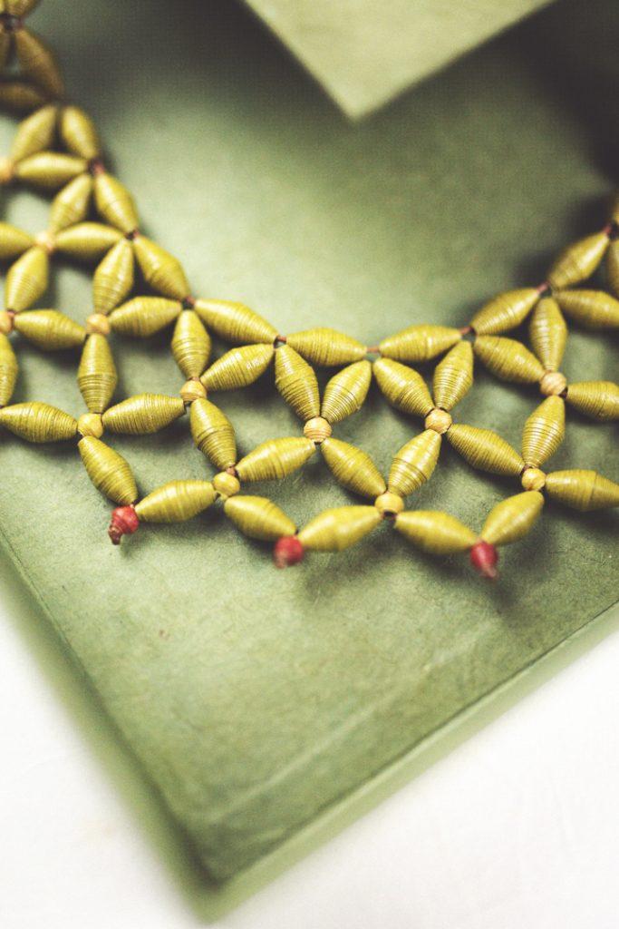 gioielli in carta fatti a mano